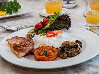 Салат с овощами и фрунчезой и салат с омлетом и шампиньонами