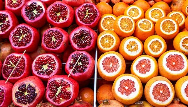 Выбор фруктов для семьи на рынке