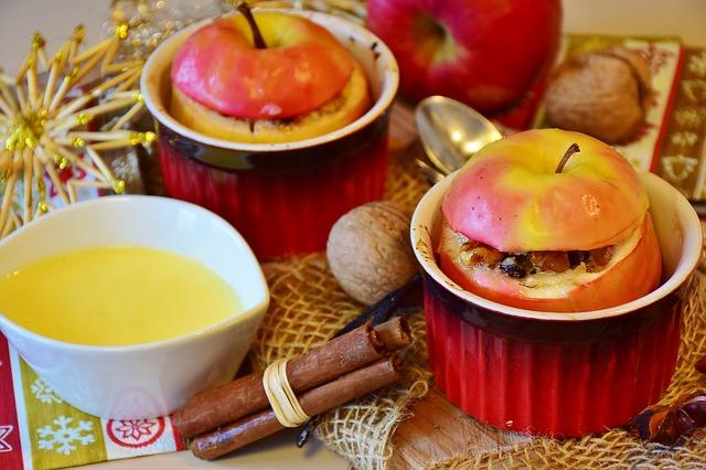 Яблоки на столе: яблоки, фаршированные рисом, мясом и миндалем