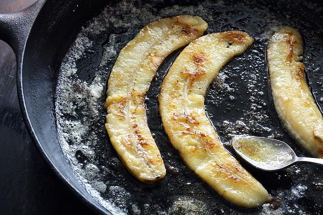 Бананы жареные со сливочной карамелью и мороженым